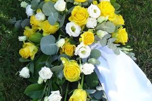 Liggande sorgdekoration tradtionell till begravning